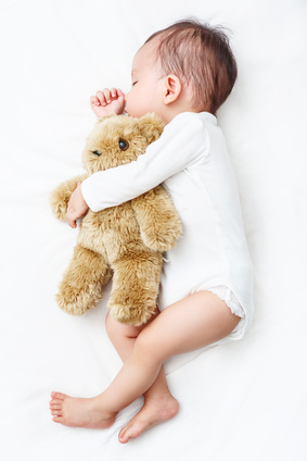 baby schlafen festhalten