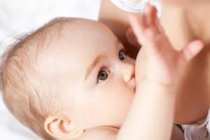 Baby schreit Brust an